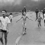 bambini-terrorizzati-dopo-una-bomba-al-napalm-in-vietnam1972-nick-utap-photo